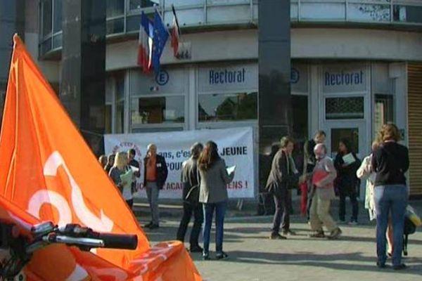 Des manifestants devant le Rectorat à Amiens, mardi 16 juin.