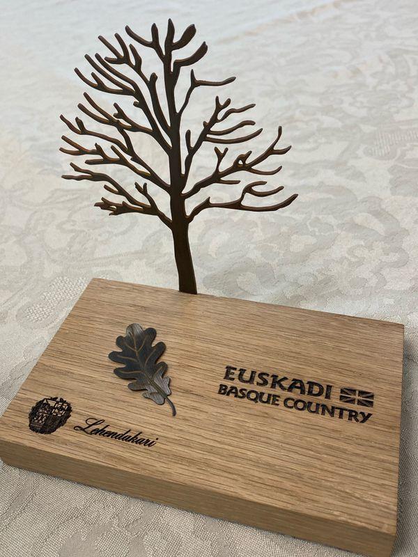 L'arbre de Gernika, ou Gernikako Zuhaitza, est un chêne qui trouve dans la ville de Gernika. De nos jours, les lehendakariak (présidents) de la Communauté autonome du Pays basque continuent à prêter serment sous cet arbre lors de leur prise de fonction.