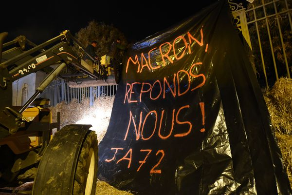 Au Mans les agriculteurs en colère ont déversé de la paille devant la préfecture, le 21 octobre 2019