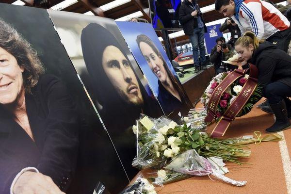 Des fleurs déposées en hommage aux victimes du crash, en mars 2015.