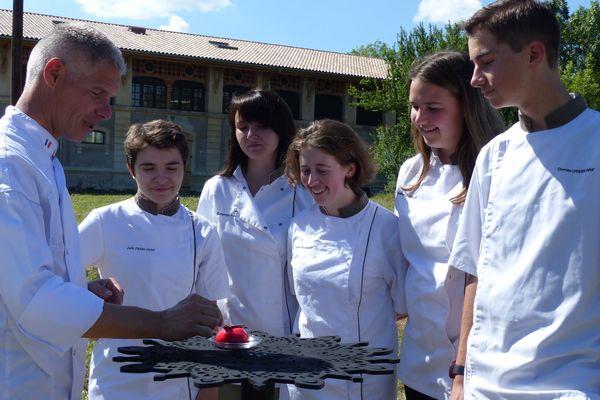 Un groupe d'élèves du lycée Saint-Michel de Blanquefort servira les gâteaux d'anniversaire pour l'Echappée belle ce jeudi soir devant la Vacherie.