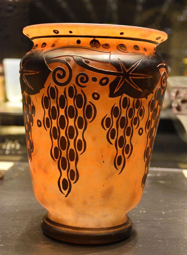 Un petit côté fresque romaine pour ce vase daté de 1925, dans une période plus Art Nouveau