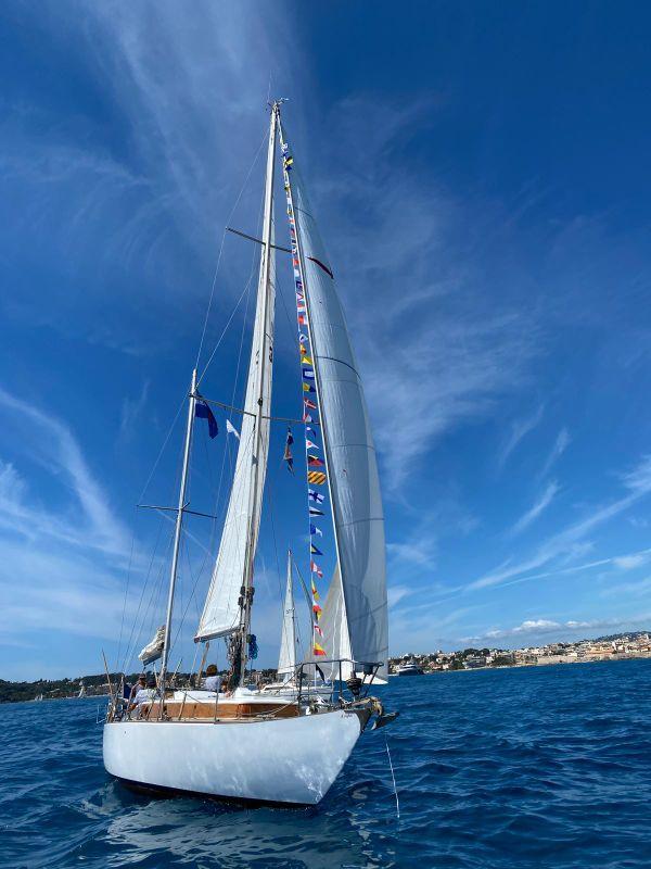 L'Aiglon, l'un des 25 voiliers qui ont défilé ce samedi matin devant Antibes.