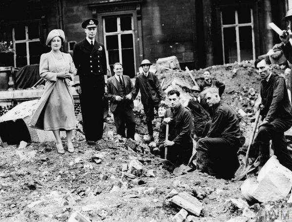Le roi George VI et son épouse inspectant les dégâts causés par les bombes allemandes sur Buckingham Palace.