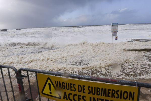 Illustration. La submersion marine peut se produire par débordement, franchissement ou par rupture du système de protection dans le cordon littoral.