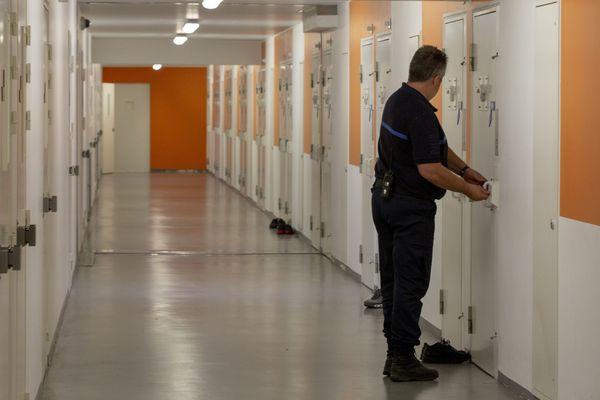 Au 1er janvier 2021, la prison des Baumettes à Marseille accueillait 723 détenus, pour une capacité de 500 places, selon l'Observatoire international des prisons.