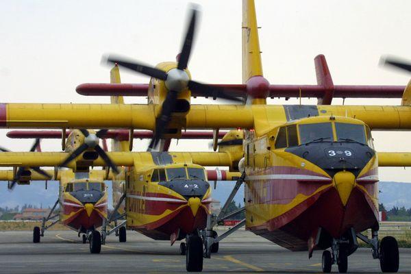 Trois Canadairs CL 415, de retour de mission sur des incendies, roulent le 14 août 2003 sur la piste de la base aéronautique de la Sécurite Civile de Marignane.