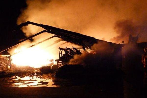 L'incendie a ravagé un bâtiment de 1600m²