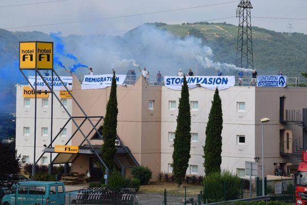 Des militants d'extrême droite ont occupé le toit de l'hôtel F1 de Chanas samedi 24 juin 2017.