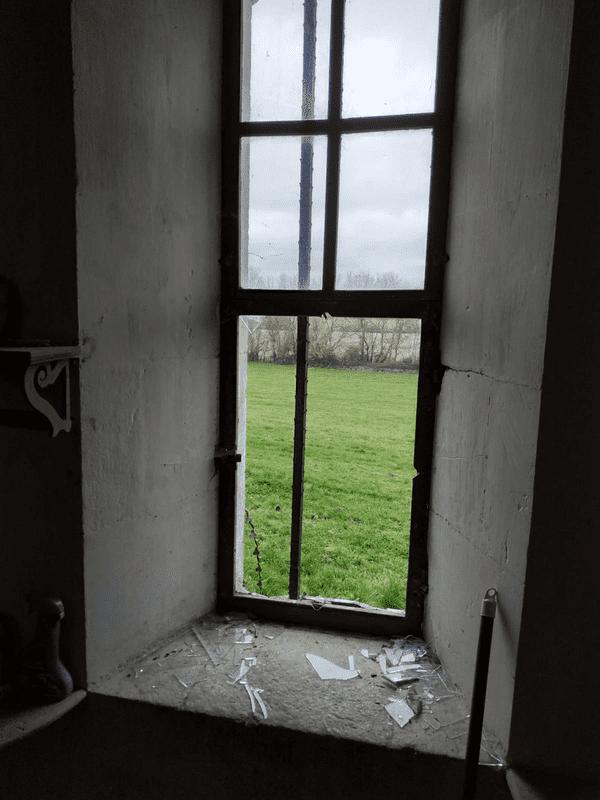 Vitre brisée église de Port d'Envaux