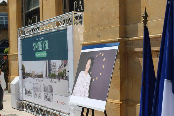 Une photo de Simone Veil sur laquelle elle prend la pose devant un drapeau de l'Union Européenne, était postée à côté du drapeau français et de l'Union Européenne devant la gare de Nancy.