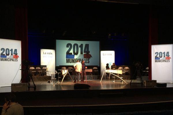 Le décor du débat spéciale municipales au palais des congrès