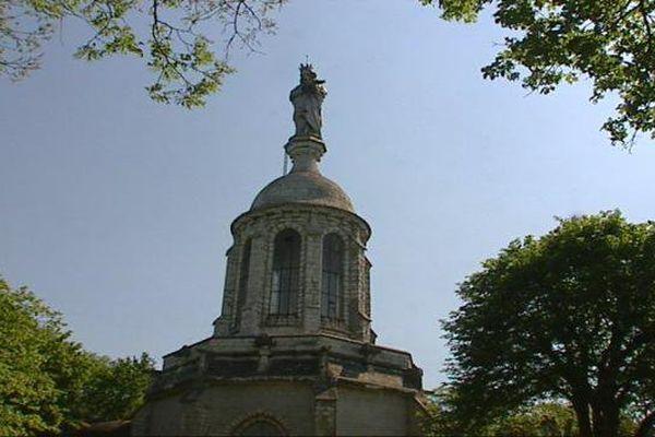 En Côte-d'Or, la Vierge de Notre-Dame d'Etang surplombe Velars-sur-Ouche et la vallée.