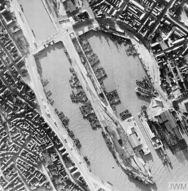 Des barges de débarquement photographiées par un avion britannique à Boulogne-sur-Mer à l'été 1940.