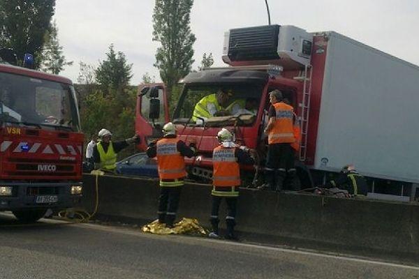 Le camion s'est mis en travers de la chaussée