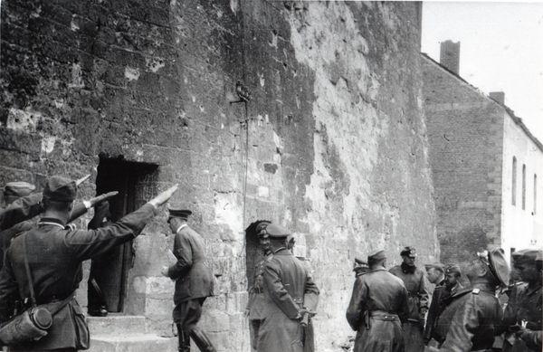 Hitler entrant à l'intérieur de la Tour d'Ostrevant le 2 juin 1940, à Bouchain.