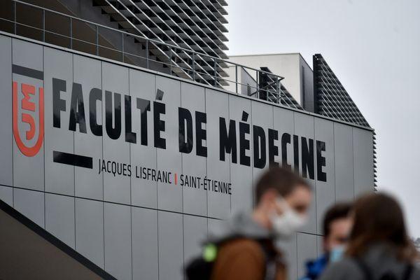 C'est un nouveau revers pour la réforme des études de santé.Quinze universités, dont celle de Saint-Etienne dans la Loire, devront ouvrir avant octobre des places supplémentaires en 2ème année d'étude, selon une décision du Conseil d'État.