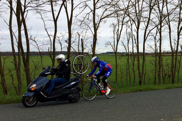 Une séance d'entrainement derrière le deux roues piloté par Franck Alaphilippe, responsable du pôle espoir cyclisme de Saint-Amand-Montrond