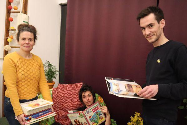 Au P'tit Blosneur, debout, Nadège Lucas et Gabriel Leroy, futurs libraires et dans le fauteuil, Lucie une des coordinatrices de la future librairie coopérative.