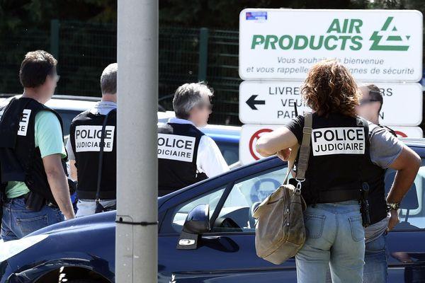 La police française sécurise l'entrée de la société Air Products à Saint-Quentin-Fallavier en Isère, le 26 juin 2015. Un attaquant portant un drapeau islamiste a tué une personne et en a blessé plusieurs autres dans une usine.