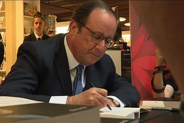 """François Hollande a dédicacé son livre """"Les Leçons du pouvoir"""" au Hall du Livre à Nancy"""