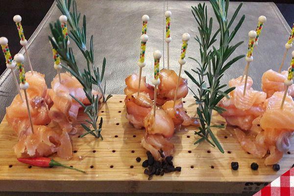 Brochettes de saumon mariné à la chicorée, au piment doux et au genièvre de Wambrechies