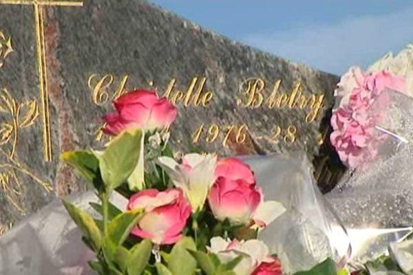 La famille et les membres de l'association Christelle sont venus fleurir la tombe de la jeune fille, assassinée 19 ans plus tôt