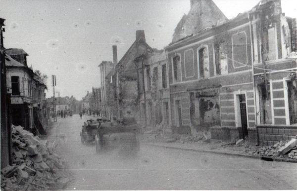 L'escorte d'Hitler, toujours dans la rue Piérard, à Bouchain, se rapprochant des rives de l'Escaut.