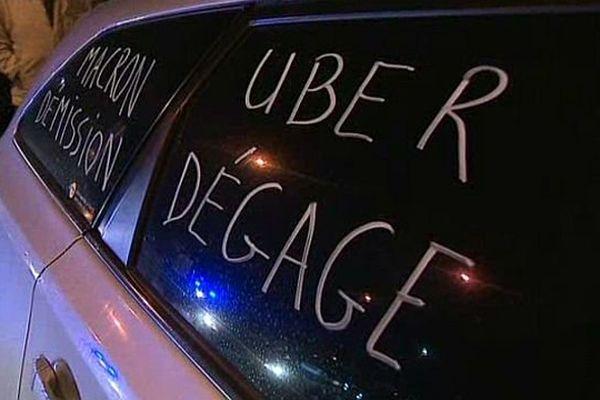 Les chauffeurs de taxi dénoncent la concurrence des VTC (véhicules de tourisme avec chauffeur) et la mauvaise application de la loi Thévenoud.