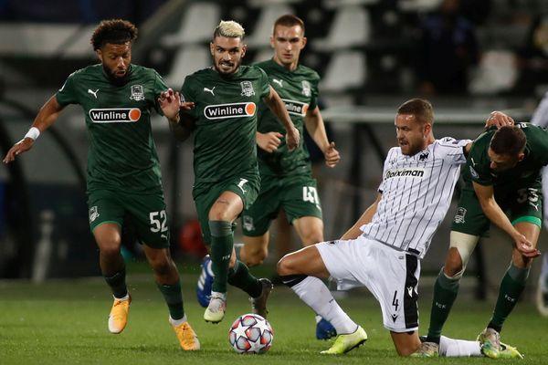 Rémy Capella (deuxième sur la gauche), le milieu de terrain français de l'équipe russe de Krasnodar, à la lutte avec un joueur (en blanc) du PAOK Salonique - 30/09/2020