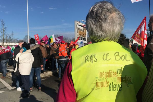 Entre 550 et 600 manifestants rassemblés devant l'hôpital de la Roche-sur-Yon en début d'après-midi, le 16  janvier 2020