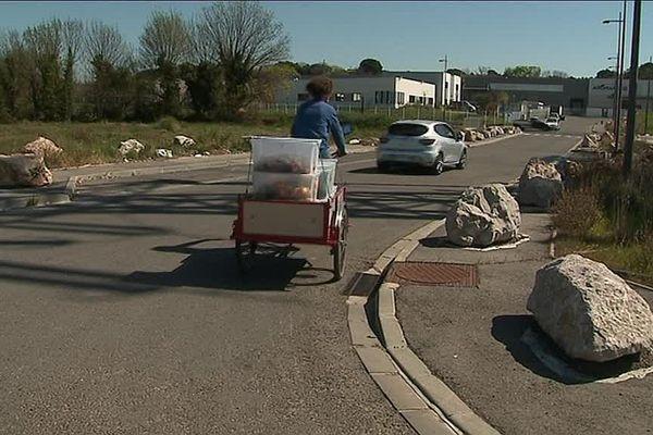 """Toutes les semaines, les bénévoles de l'association """"Compostons"""" collectent les biodéchets des restaurants ou magasins d'alimentation dans le quartier du Millénaire à Montpellier."""