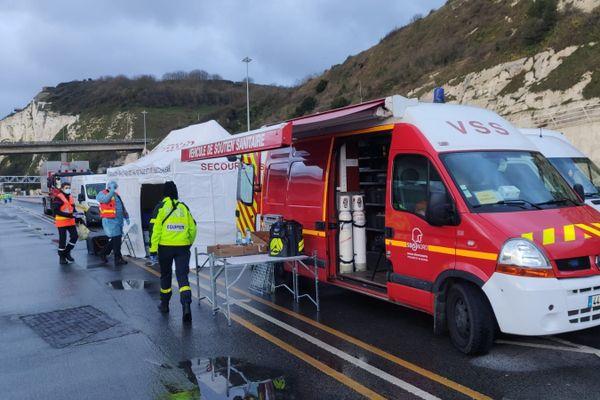 Jeudi 24 décembre, à Douvres, les sapeurs-pompiers et autres membres des associations agréées de sécurité civile du département du Nord, viennent réaliser des tests antigéniques aux conducteurs de poids-lourds.