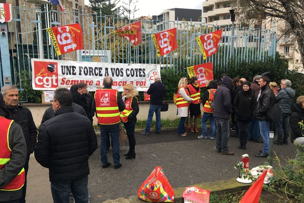Des manifestants de la CGT étaient rassemblés à Bastia devant la préfecture ce vendredi 14 décembre à partir de 10 heures. Ils militent contre la vie chère. La mobilisation avait lieu aussi à Ajaccio