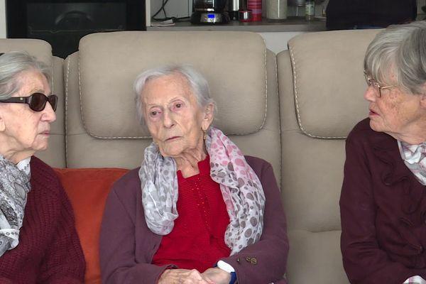 Jeanne (au milieu) vient d'arriver dans cette résidence en colocation pour personnes âgées en perte d'autonomie.