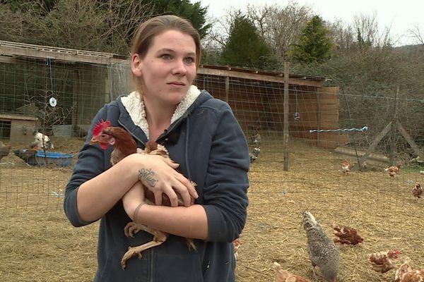 Emily avec l'une des 1400 poules pondeuses industrielles déjà sauvées et replacées