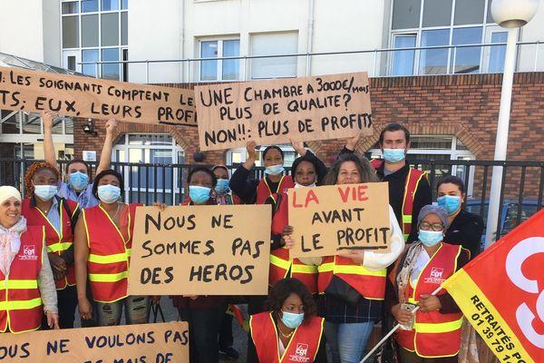 Les salariés de la maison de retraite de L'ile de Migneaux de Poissy portent leurs revendications à bout de bras.