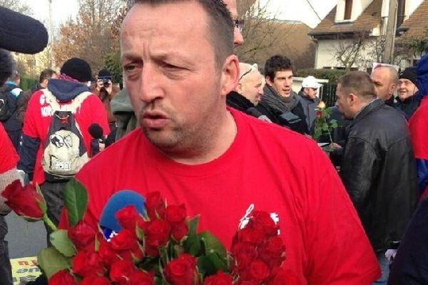 Les salariés de Goodyear sont venus avec des roses à Rueil-Malmaison. Ici, un représentant de la CGT.
