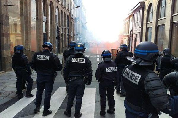 Les CRS face aux manifestants à Rennes