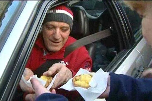 Etape obligée sur la route du Monte Carlo : Antraigues et la halte devant le restaurant d'Yves Jouanny. La maison offre une tarte aux pommes aux pilotes. Cette année, le patron qui participe au rallye historique n'a pas échappé à la tradition...