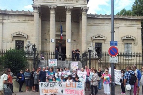 Le comité de soutien s'est rassemblé devant le tribunal où la mère de Lili est convoquée par le juge d'instruction. Perpignan le 29 juillet 2014.