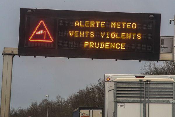 Le vent souffle en Lorraine avec des rafales de 100 km/h en moyenne. Les trains sont à l'arrêt. La SNCF annonce un retour à la normale jeudi 21 octobre vers midi.
