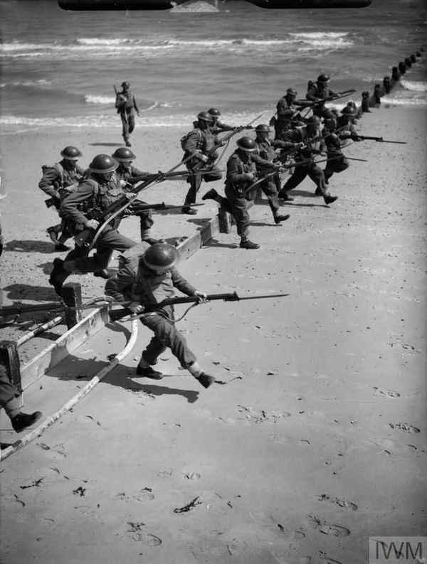 Des soldats britanniques s'entraînant au combat sur une plage de l'Essex (est de l'Angleterre) le 19 juillet 1940.