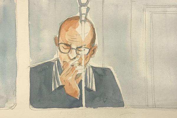 Dans son box, Yannick Durand ne montre pas d'émotions particulières, mais suit les différentes auditions des témoins.