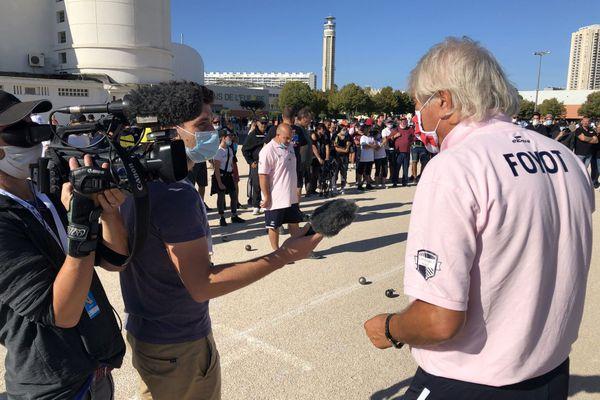 Marco Foyot en interview pour TF1 en plein match.