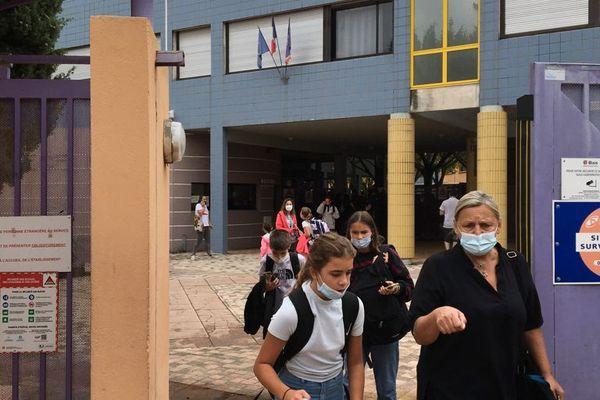 Collège Maurice Ravel à Toulon : les parents récupèrent leurs enfants à la mi-journée.