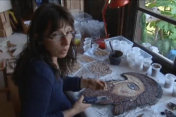 Marie Nôëlle Garrigou ,mosaïste professionnelle , réalise des fresques ornemantales pour des églises