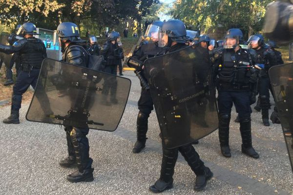Les gendarmes mobiles sont intervenus à Rennes 2 pour déloger la centaine d'individus qui tentait de bloquer le bâtiment central de la faculté.