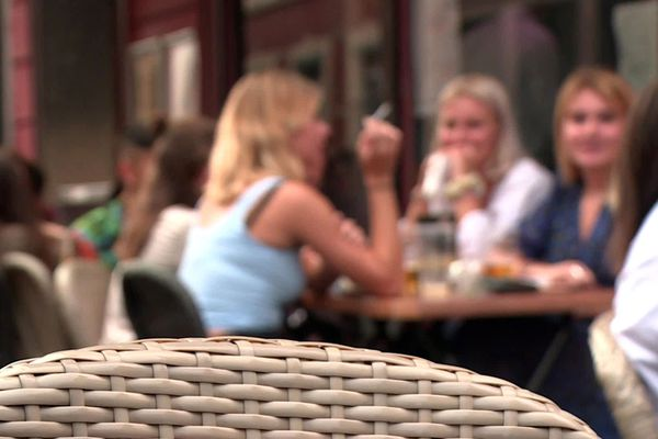 De nombreux étudiants se retrouvent le soir dans les bars de la rue Masséna, à Lille.