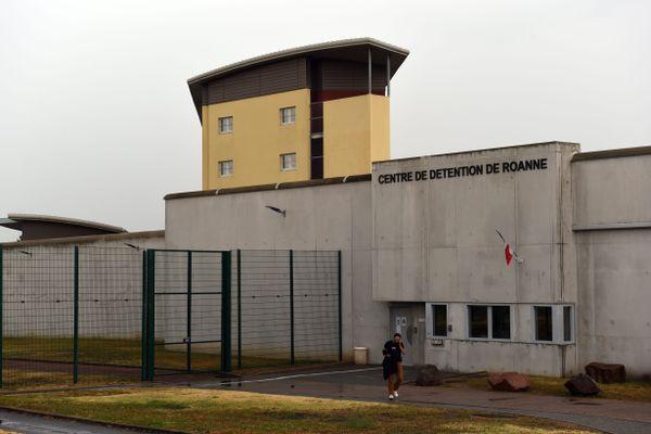 Les surveillants auraient été occupés par un autre détenu le soir du drame, selon des éléments rapportés par la famille du défunt.